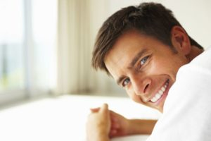 homme souriant